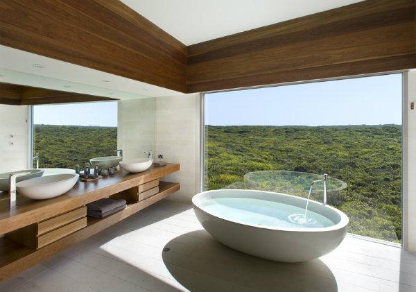 Freestanding bath in Southern Ocean Lodge - Mocha