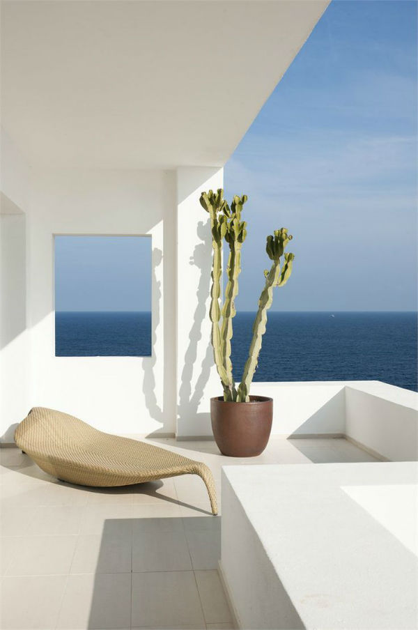 Minimalist terrace overlooking the sea on Mocha blog