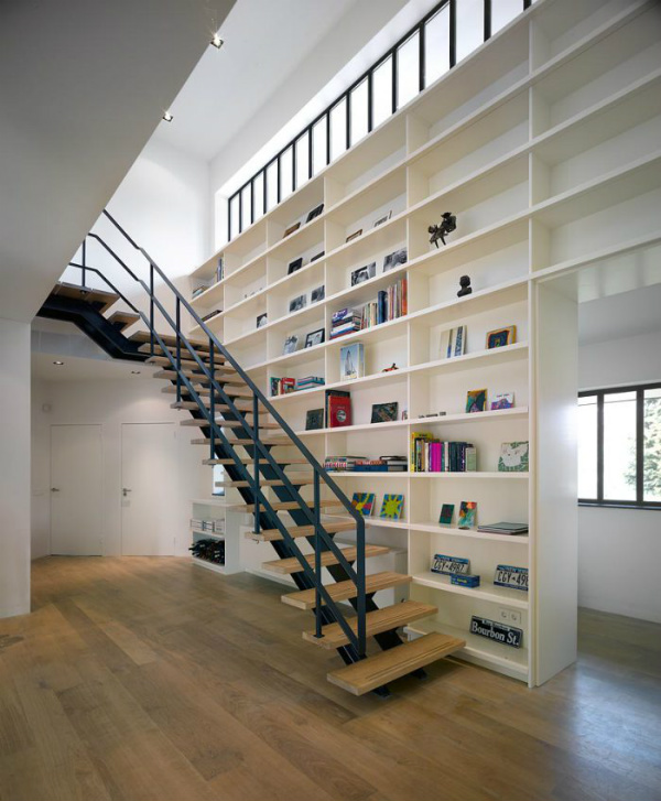 The perfect pairing that is bookshelves and stairs - on Mocha Casa blog