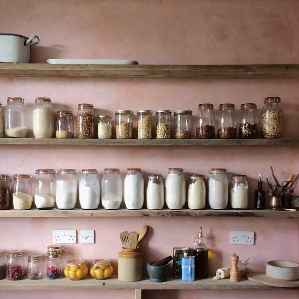 Plaster pink walls in the kitchen in Pantone rose quartz